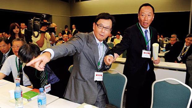 除了化敵為友,打擊主要敵人中華電,鴻海董事長郭台銘(右)與台灣大副董事長蔡明忠(左)更計畫聯手進軍物聯網、大數據等新事業。