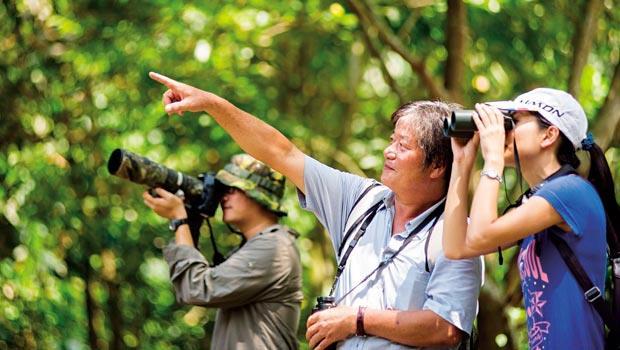 雲林湖本村鳥導-張景開,因曾是獵人眼光銳利,總是能精準搜尋到鳥兒的蹤影。