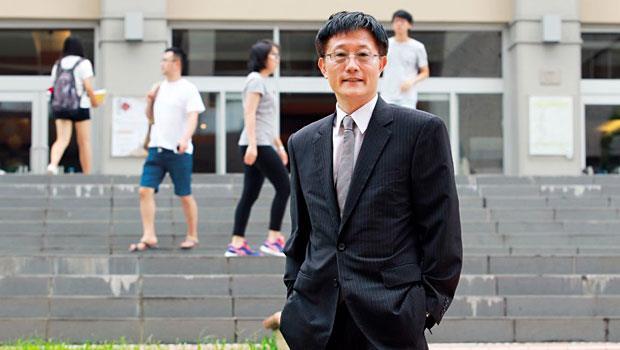 周行一擅財務管理,在政大校長競選政見中即提到,將建有效募款機制,把美國常春藤大學做法引進台灣。