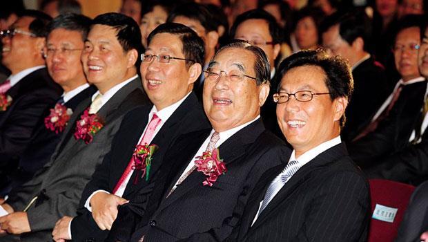 富邦集團創辦人蔡萬才(右二)、長子蔡明忠(右一)、次子蔡明興(右三)