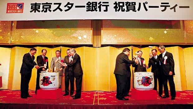 首任東京之星銀行董事長江丙坤(左1)敲下酒樽,中信金在金融業的「亞洲盃」賽中也搶下頭香。