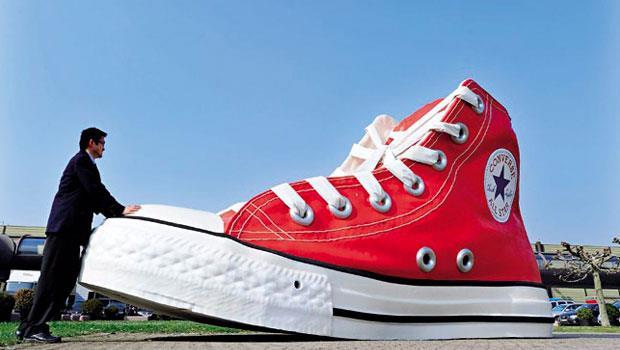 當年賤賣的Converse早早決定改走潮路線,因其產品形象太鮮明,類似鞋款很難擺脫模仿之名,此次紛紛被索賠。