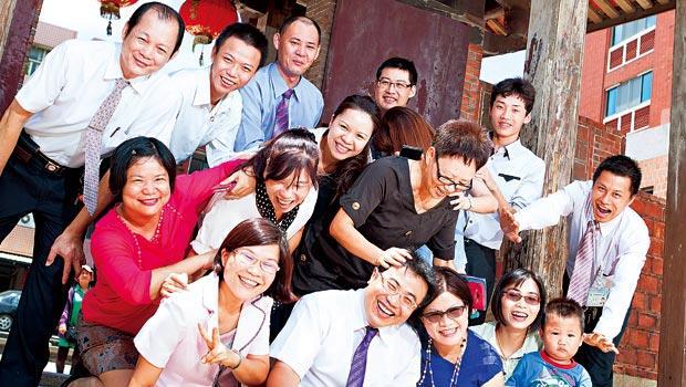 南山人壽.龍山通訊處,處經理:陳鴻森(前排左2)