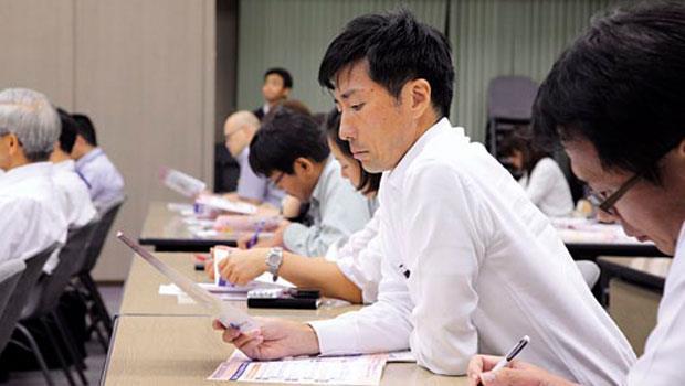 日本大成建設舉辦的「照護入門」講座,參加的大多是40、50歲的男性員工 ,反映越來越多日本男性參與照護的趨勢。