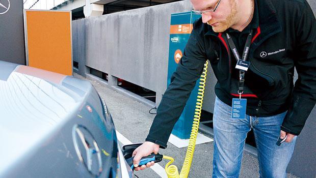 透過這個充電動作,賓士旗艦油電車可以純電模式行駛33公里。