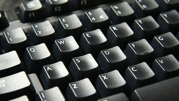 鍵盤好髒怎麼辦?用這個,比市售專用刷更好用!