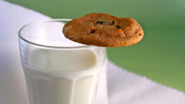 晚上睡不著?「喝牛奶」助眠不如「吃餅乾」