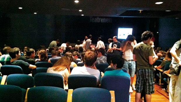看戲人潮大幅縮水,西班牙新劇院突發奇想用行動科技讓觀眾為笑點掏錢。