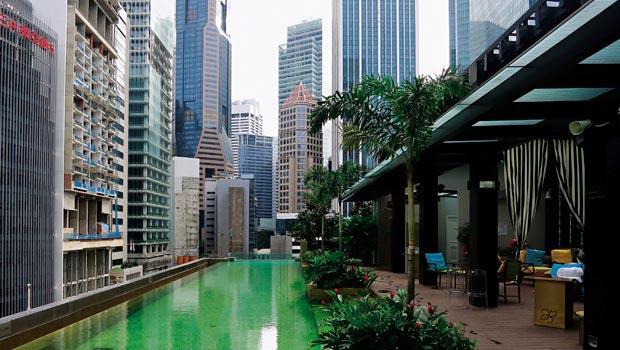 旅館內最令人放鬆的地方不是房間,卻是戶外游泳池酒吧區,像是漂浮在城市中央的小島般。