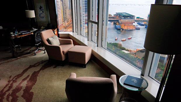 我將沙發轉向窗戶的方向,盡情欣賞維港瞬息變幻的風光。