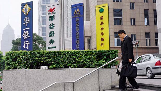 台灣金融業進軍中國較晚,沒想到開放後,迎面而來的是陸企倒帳風波,讓金融業開始緊縮陸企授信。