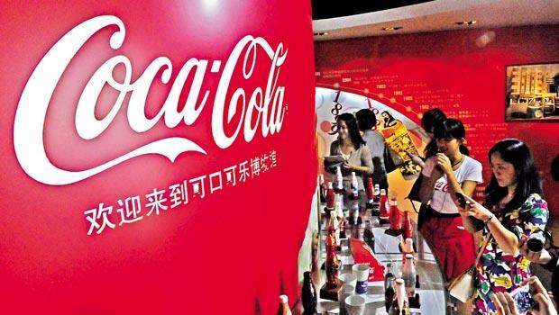 可口可樂發現,在經典尺寸的瓶身上玩客製化花樣,最能迎合年輕人口味。