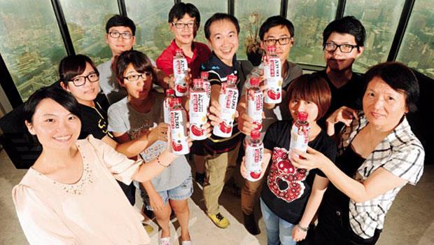 珈生技董事長吳啟慎 (圖中著藍衣者) 幫孕妻煮紅豆水時嗅到商機,衝出近2億元業績,一年可用掉5,000噸紅豆。