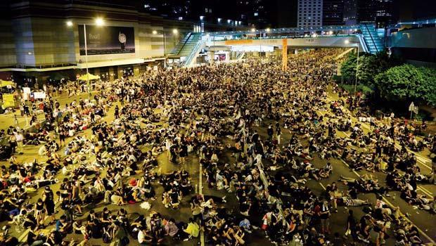 新一代中環精神,爭民主》九月三十日中國國慶前夕,逾十萬民眾在中環金鐘一帶佔路守夜。帶動群眾的是香港年輕人,他們說,要「奪回我們的未來」。