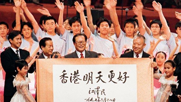 回歸,讓香港更好?1997年6月,香港回歸中國前,江澤民寫下「香港明天更好」,更承諾50年不變。