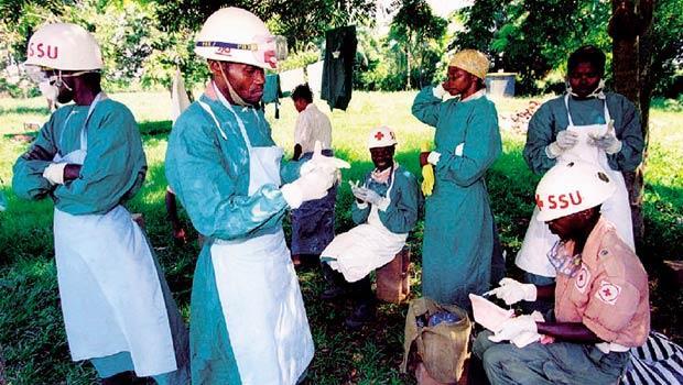 疫區,為何又淪陷?剛果前身薩伊1976年首度發現伊波拉,1995年再爆疫情,當時造成200多人死亡,出動紅十字會搬運疑似染病的屍體。