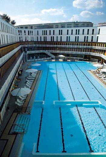 旅館原是歷史上著名的公共游泳池,重建後第2、3層更衣室外觀和原貌相同,但內部已做為客房和旅店公共區域。