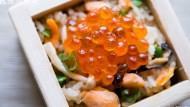 只要10分鐘》無油健康料理「親子鮭魚炊飯」,用電鍋就能做出!