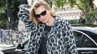 秋冬內外溫差大好困擾!10種「明星外套穿搭法」,保暖又時尚