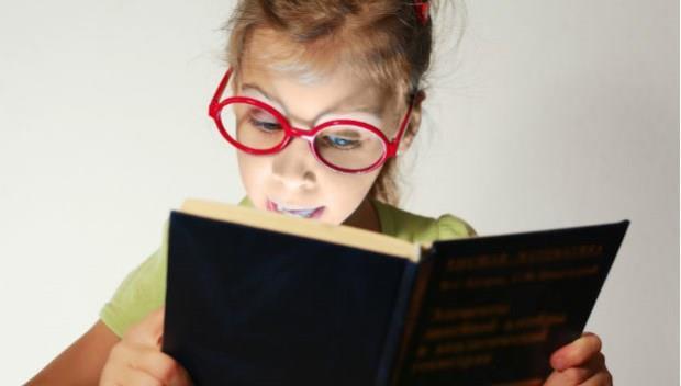 「近視兒看書戴眼鏡,會增加度數嗎?」多數人都答錯了....
