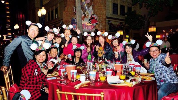 抓住年輕人愛用Line與臉書即時分享的行為,安麗台灣用超酷炫的迪士尼封街Party來吸引新一代直銷商衝業績。