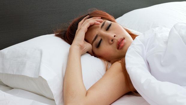 睡錯會更痛》趴睡、高枕頭都NG!女生注意,生理期的5大禁忌睡姿