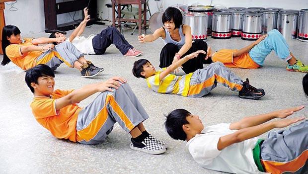 來自台北的表演藝術家張文易(圖中指導者),第一次上山教舞,她把專業舞者該學的全套功夫,連暖身動作都絲毫不苟的傳授給學生。