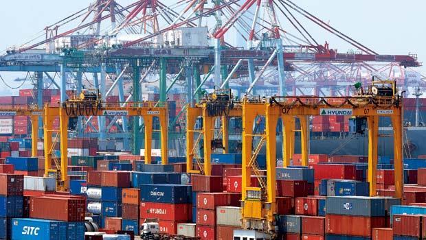 高雄港多個貨櫃等待出貨,過去重出口輕進口,是重商主義式謬論。其實出口只是手段,進口才是目的。