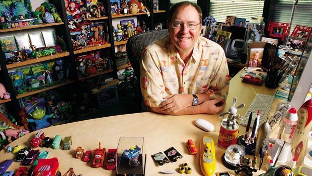 不管在皮克斯或迪士尼辦公室,拉薩特周遭充滿動畫公仔;他有近千件花襯衫,大多跟動畫有關,公司每上映一部新片,他就會穿一件新的特製主角襯衫亮相。