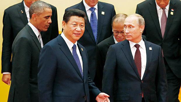 習近平(前排左)端出連串開放政策搶盡鋒頭,讓美俄領導人都淪為APEC配角。