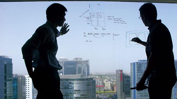 在微軟小冰團隊工作室,數據科學家們經常面對面討論,隨手將點子寫在白板或玻璃上,把數據變商機。