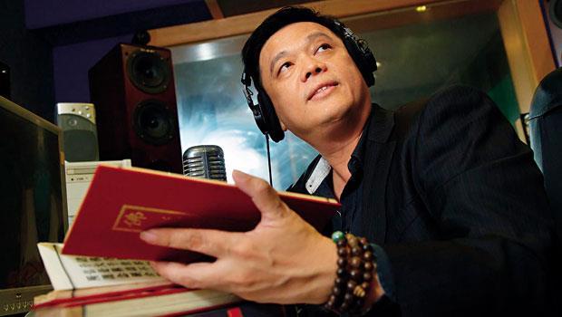 外婆、媽媽、姊姊都出家結佛緣,楊耿明卻選擇留在塵世弘揚佛教現代音樂,搶救幾乎消失的唱片業。
