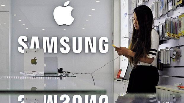 上不敵蘋果,下敗給小米》三星智慧型手機的中國皇冠被以前的老5小米摘下;高階市場被蘋果搶走,三星智慧型手機市占率1年內掉8.7個百分點,光芒盡失。