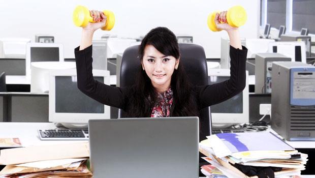 邊工作也能運動!8個坐在桌前就能瘦身的簡易動作
