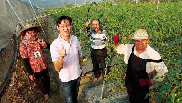 鍾清輝(左2)是美濃翻身關鍵人物,身為農會總幹事,他上班時很少安靜待辦公室,愛跑農地和農夫交流,同事揶揄:老是看不到人影。