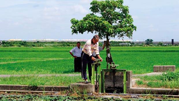 台灣農業用水需求高逾7成,嘉南水利會掌水工小兵立大功,調控責任區的給水路,發揮灌溉用水的最大價值。