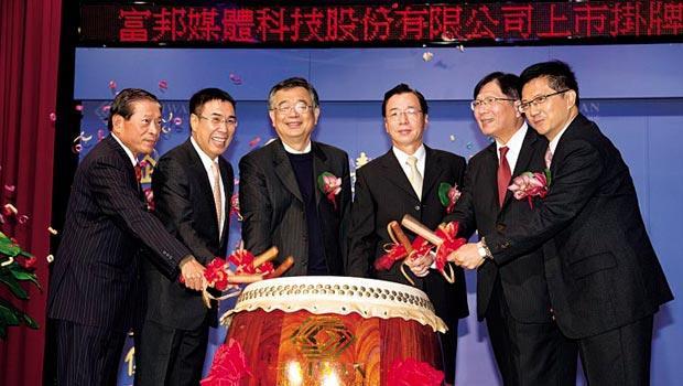 成立10年的富邦媒體,在董事長林福星(左3)、總經理林啟峰(左2)帶領下,市值衝到今年新上市18家公司中最高。