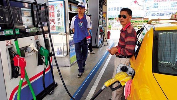 油價全面降至2字頭,運輸業受惠最直接,但卻傳出北北基計程車計畫在農曆年後漲價,引發消費者不滿。