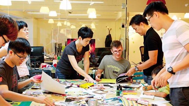 美籍的陳慶梅(中間站立者)和夥伴來台開公司,但台灣法規對外籍工作者的限制讓她綁手綁腳,難以適應。
