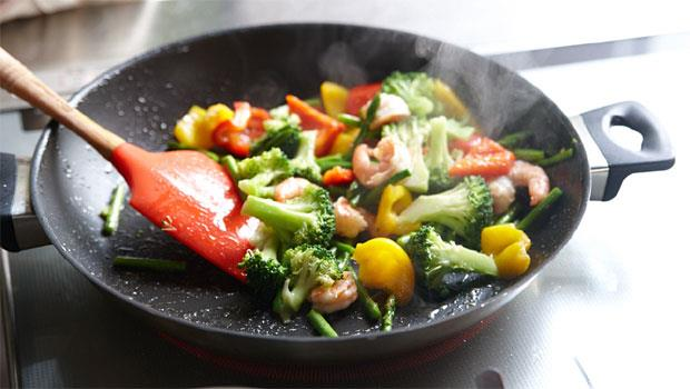 選好油還不夠,用錯照樣會致癌!葵花油、橄欖油…哪種油才適合炒菜?