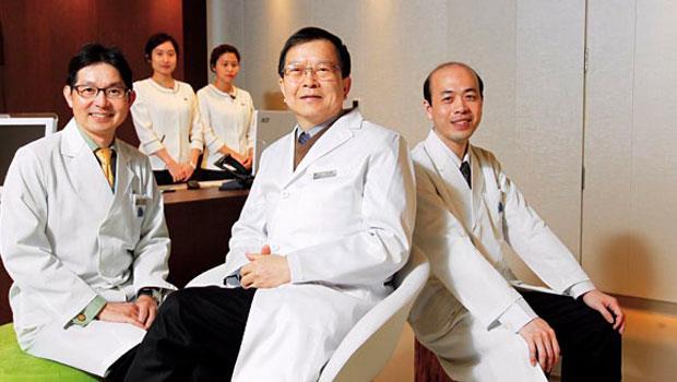 台北國際醫旅挖角國內多位知名醫生入駐,例如曾幫總統看病的神經內科權威蔡清標(前排中),就來這裡當院長。