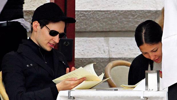 杜洛夫(左)裝扮酷似《駭客任務》裡的尼歐,他在現實裡也以電腦挑戰俄羅斯國家威權。