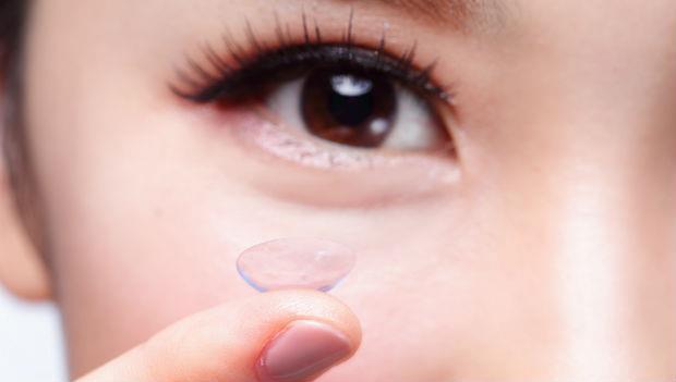 忘了帶隱形眼鏡藥水…!「緊急狀況」時的克難技巧
