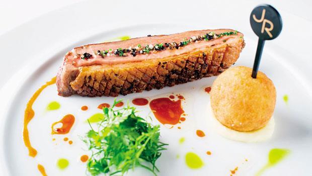 鴨胸先煎再以低溫烹調保持脆度與多汁,搭配醃漬過後的酥炸鴨球,讓宜蘭鴨呈現雙重風味。