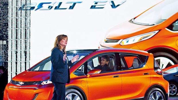 通用汽車執行長巴拉(圖)高調為首款「純種」平價電動車揭幕,擺明挑戰特斯拉,2大車廠再掀電動車戰火。