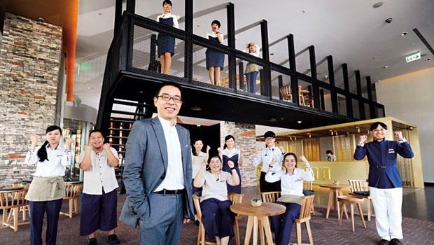 為跳脫老爺既有框架,台南老爺行旅總經理唐伯川(前)刻意用沒有行業經驗的團隊成員,現場人員平均年齡僅21歲,是當地業界最年輕的服務團隊。