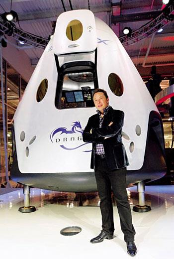 站在SpaceX於2014年所發表的太空船前,創辦人馬斯克對太空的野心由此可見。