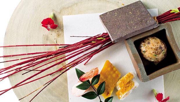 以日本干貝等海鮮揉成丸,接著在花枝表層下刀工,再以鳴門捲手法裹入蝦漿,搭配檜木盤和日本紅柳做裝飾,做工繁複講究。