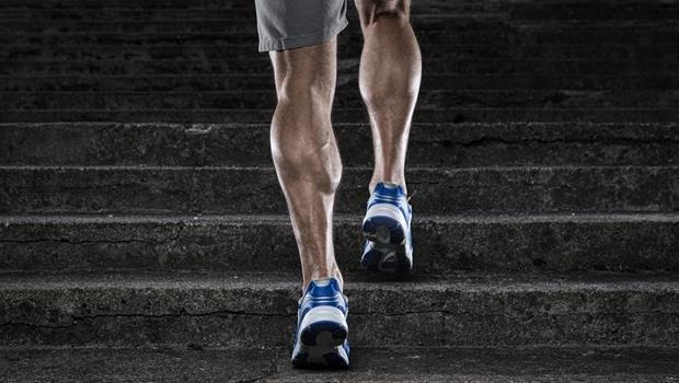 別怕傷膝蓋!有「階梯」就能運動的6個動作,強化你的膝關節
