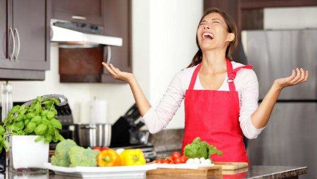 堅持菜要洗3次,葉面、角落都要刷!洗菜洗到家庭失和,養生媽媽錯了嗎?